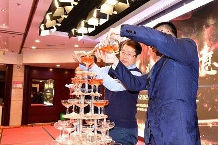 李鸿飞和李浩共同携手开启香槟仪式